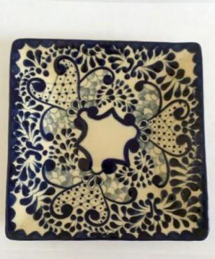 Plato cuadrado Talavera elaborado en cerámica de alta temperatura.