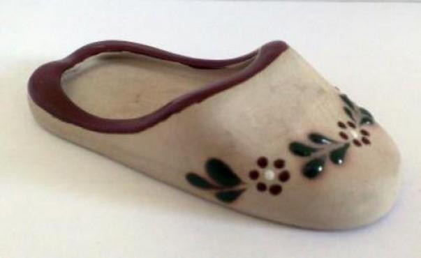 Cenicero Pantufla elaborado en cerámica de alta temperatura.