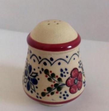 Salero Grande decorado de Flor elaborado en cerámica de alta temperatura.
