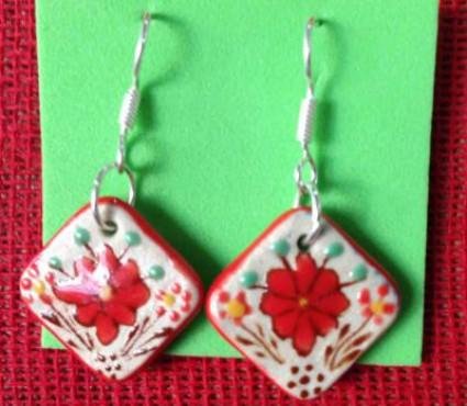 Aretes Flor elaborados en cerámica de alta temperatura.