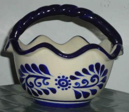 Canasta Ondulada Chica elaborada en cerámica de alta temperatura.