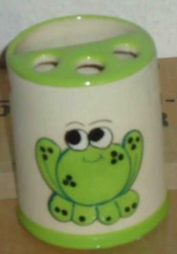 Porta-cepillo de rana elaborado en cerámica de alta temperatura.