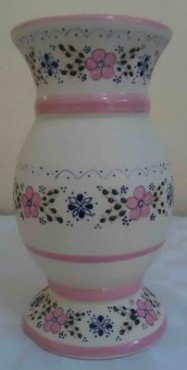 Florero Boliche color rosa de cerámica de alta temperatura decorado a mano.