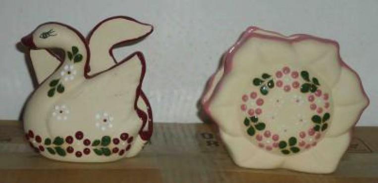 Servilletero Pato/FLor elaborados en cerámica de alta temperatura.