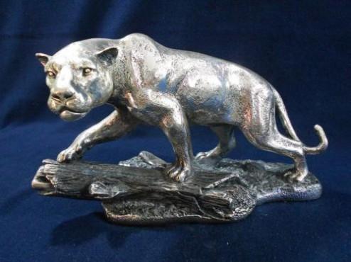 Jaguar en tronco mediano