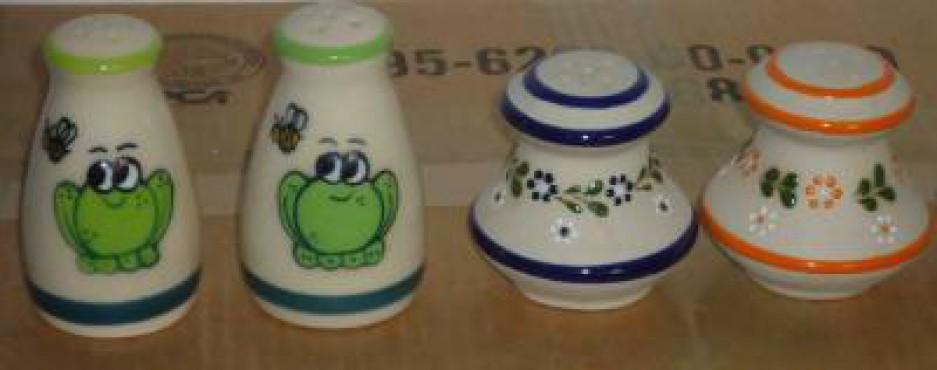 Salero Grande Decorado Rana/Punto elaborado en cerámica de alta temperatura.