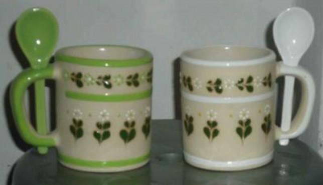 Taza con cuchara elaborado en cerámica de alta temperatura.