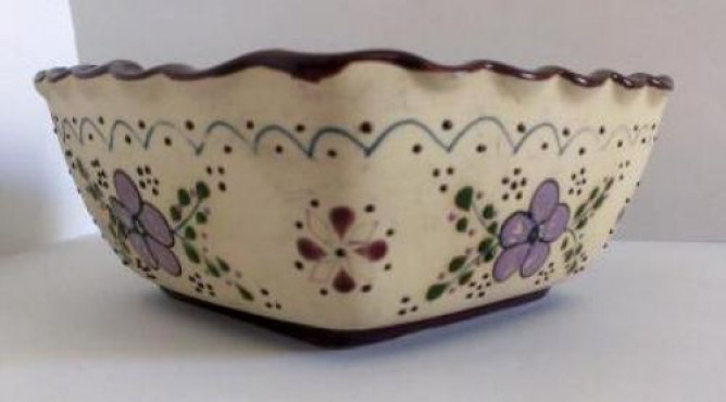 Tazón Cuadrado decorado a mano en cerámica de alta temperatura.