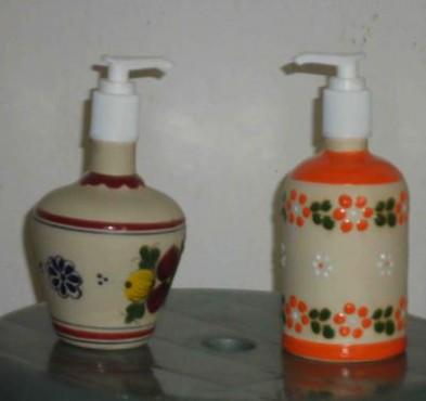 Jabonera Liquida elaborada en cerámica de alta temperatura.